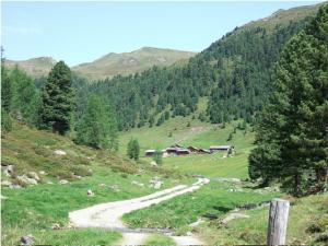 Hameau de Hochsenfelder Alm (2.014 m), et col du Grübl Scharte (2.394 m)