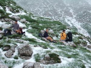 Casse-croûte léger, au col Konjsko Sedlo (1.782 m), au froid, sur un tapis de grêlons