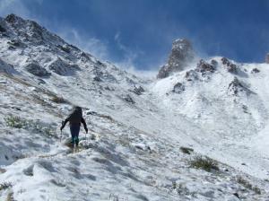 Ciel dégagé, vent violent et neige sur la montée au Rosskof Törl (2.498 m)