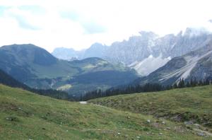 Vue arrière sur Laliderer Spitze (2.588 m) dominant Falken Hütte