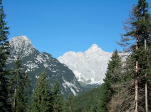 Depuis Hoher Sattel (1.493 m), vue sur le Wettersteinwand