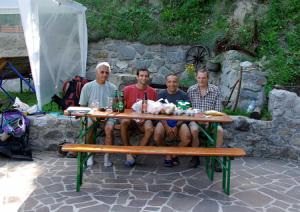 A Petrovo Brdo, notre coursier slovène, et ses fournitures ; la bière était disponible sur place